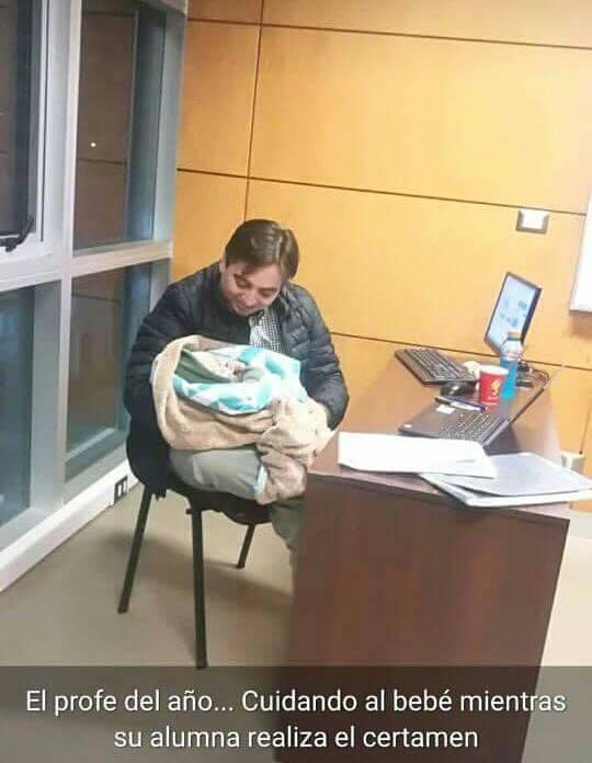 Profesor cuida bebe de alumna